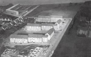 Luftfoto fra 1948. Øverst i billedet ses første etape af det hesteskoformede boligbyggeri – karreen på Colbjørnsensvej er endnu ikke opført. Det er sygehuset heller ikke, så der er stadig 'bare marker' ud mod Guldborgsund.